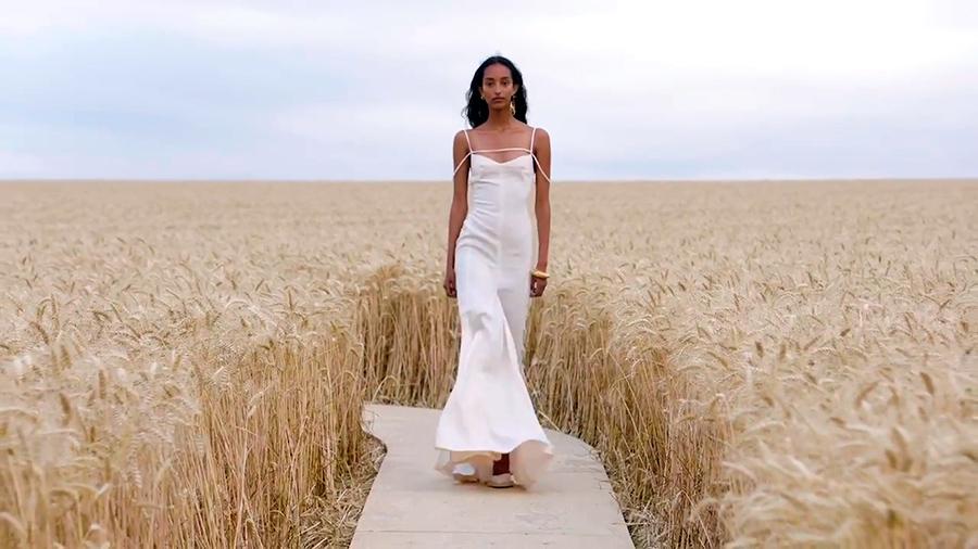 Desfile Jacquemus marca de moda francesa coleccion L'Amour, detalle modelo