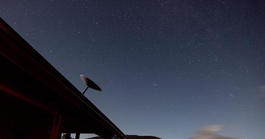 Antena Starlink orientada al cielo para conexion internet por satélite