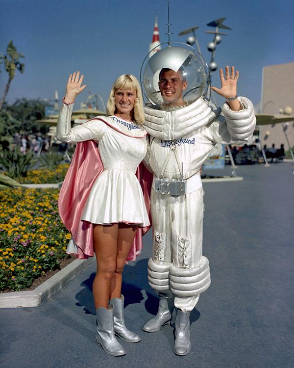 Astronautas con clara influencia Googie en el parque de atracciones Tomorrowland de Disney