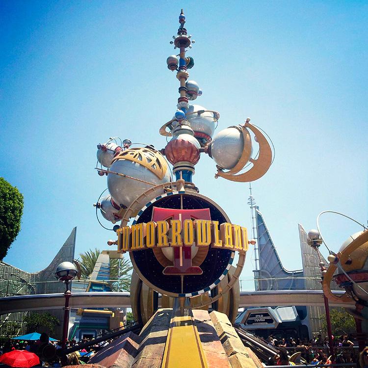 Logo de Tomorrowland de estilo Googie en el parque de atracciones de Disney