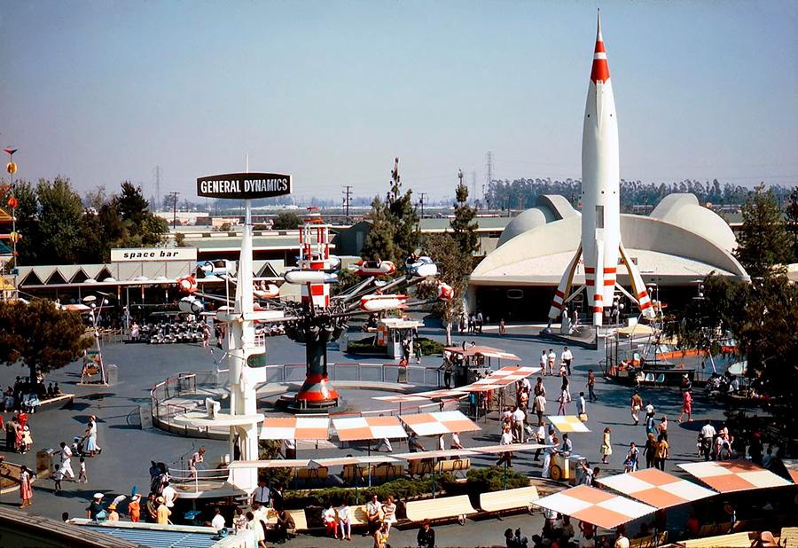 La zona del parque de atracciones de Disney Tomorrowland está influenciada por el estilo de diseño Googie
