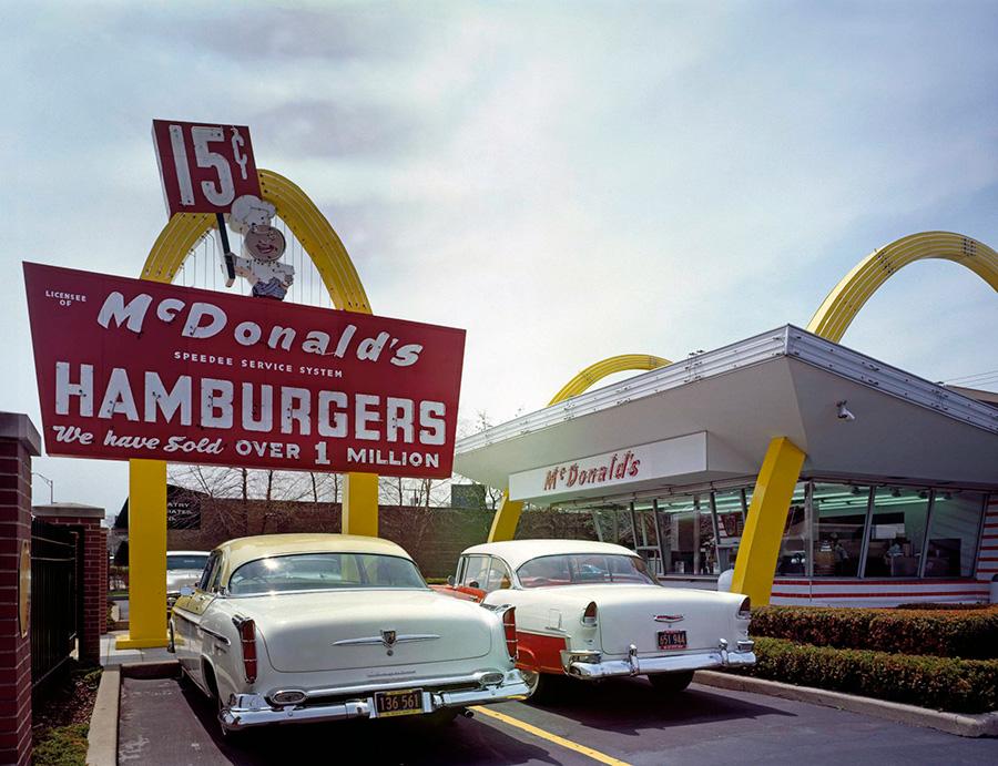 Uno de los primeros restaurantes McDonalds abierto en Chicago Illinois en 1955, ejemplo de arquitectura Googie