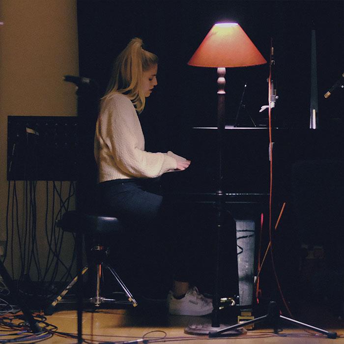 Hanna Reid de London Grammar tocando el piano