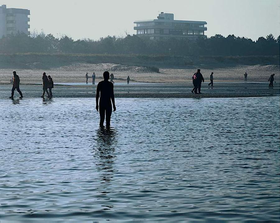 Another Place, instalación artística de Antony Gormley en la playa de Crosby Beach cerca de Liverpool, vista 2