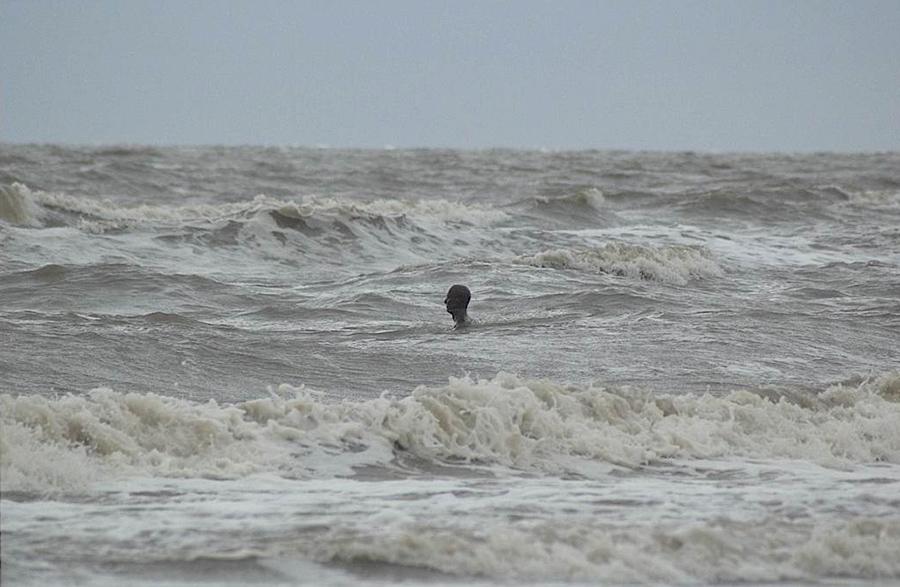Another Place, instalación artística de Antony Gormley en la playa de Crosby Beach cerca de Liverpool, vista 7