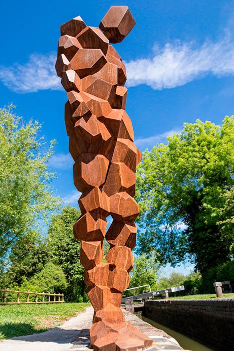escultor antony gormley, escultura hombre de hierro en conmemoración de los canales ingleses
