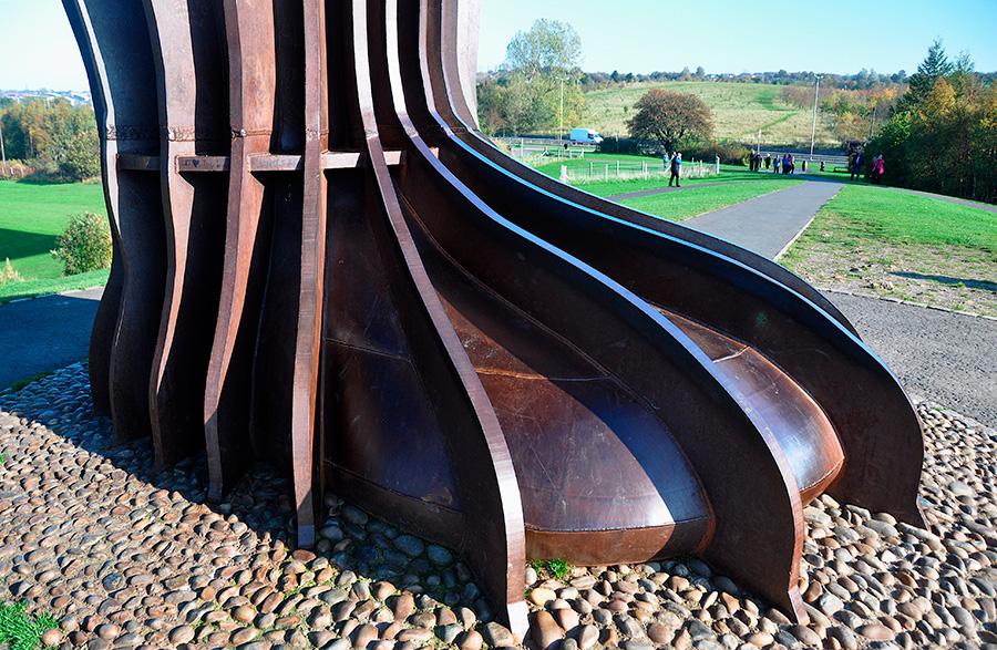 Escultura gigante Angel of the North, obra del escultor inglés Antony Gormley, detalle de la base