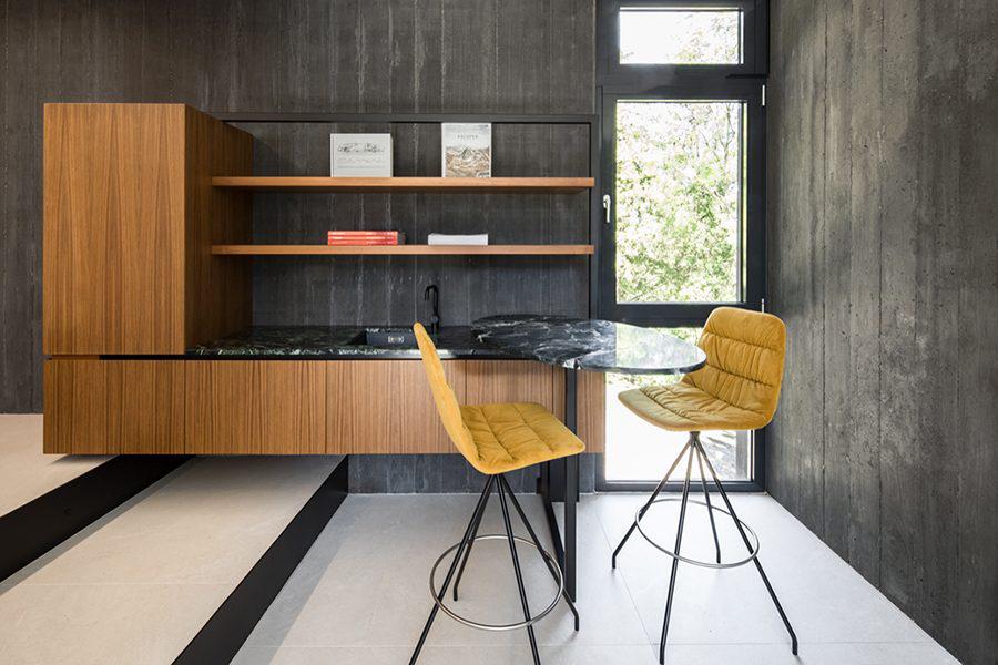 Proyecto Lounge Z en Vienna by Destilat con Taburete Maarten de Viccarbe