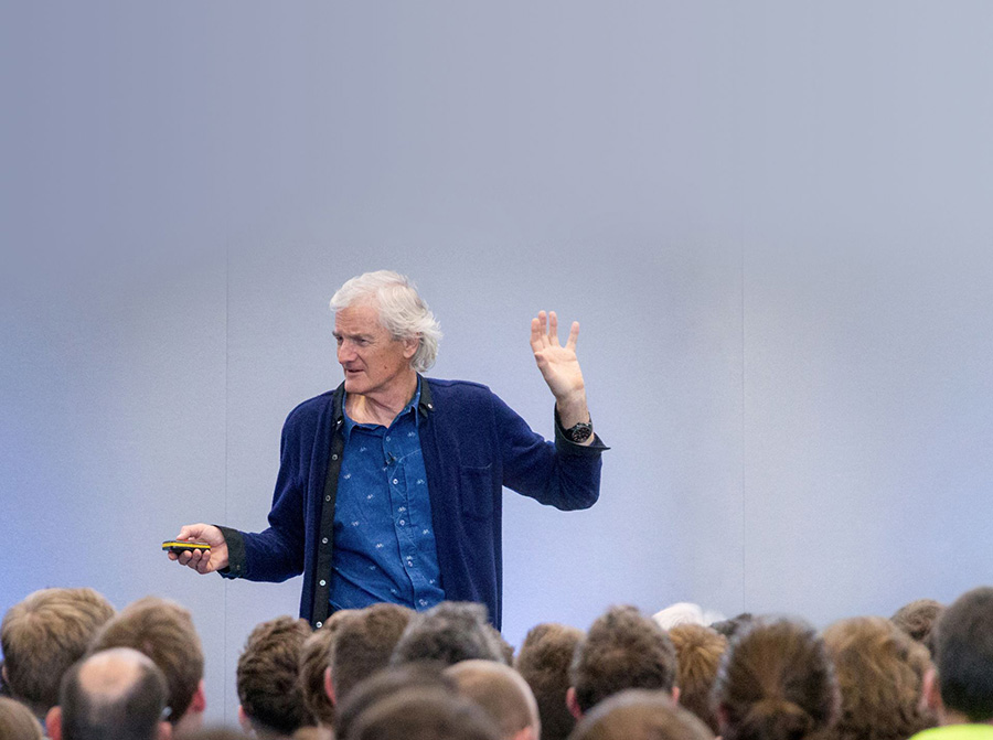 James Dyson haciendo una presentación