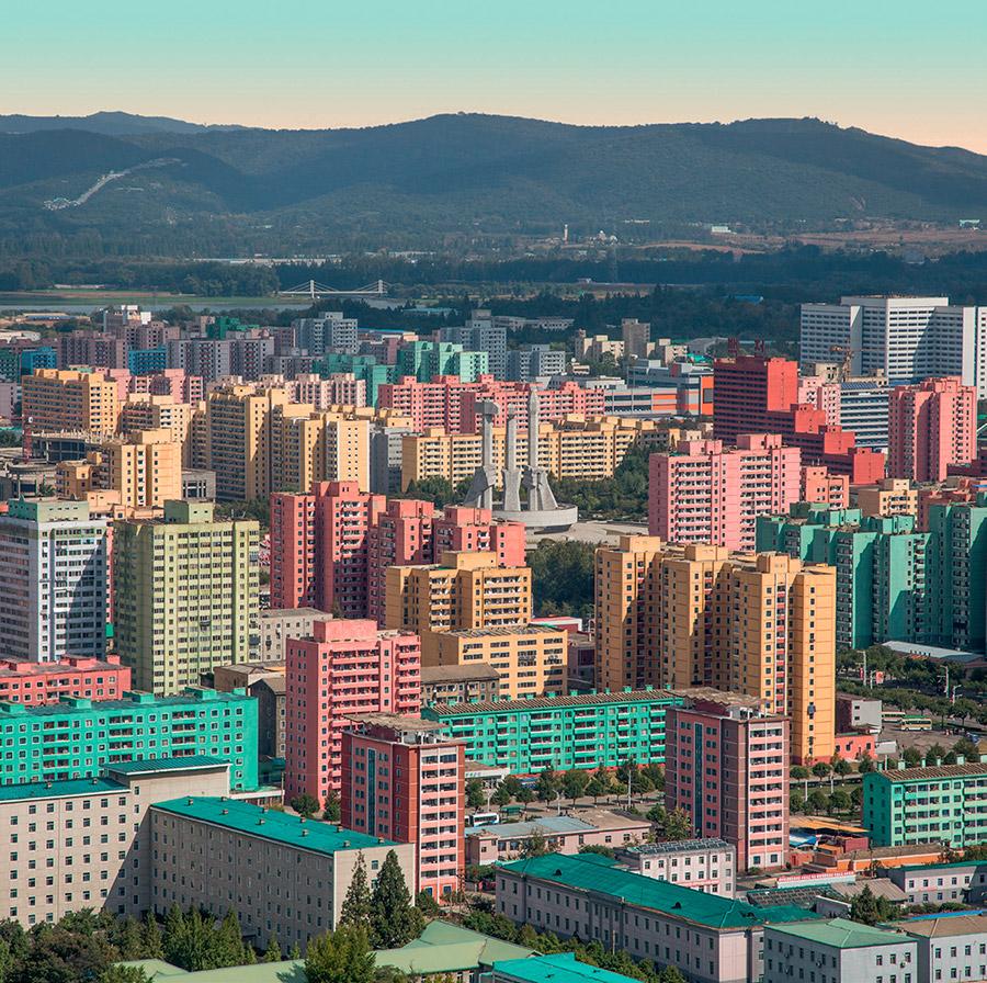 Libro Model City Pyongyang de fotografías de arquitectura de Corea del Norte. Monumento Party Founding.