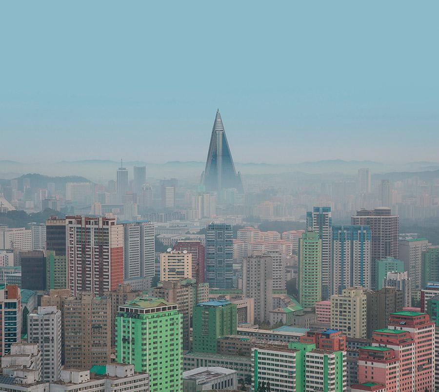 """Libro Model City Pyongyang de fotografías de arquitectura de Corea del Norte. El Hotel Ryugyong, apodado """"Hotel of Doom"""" preside el skyline de Pyongyang"""