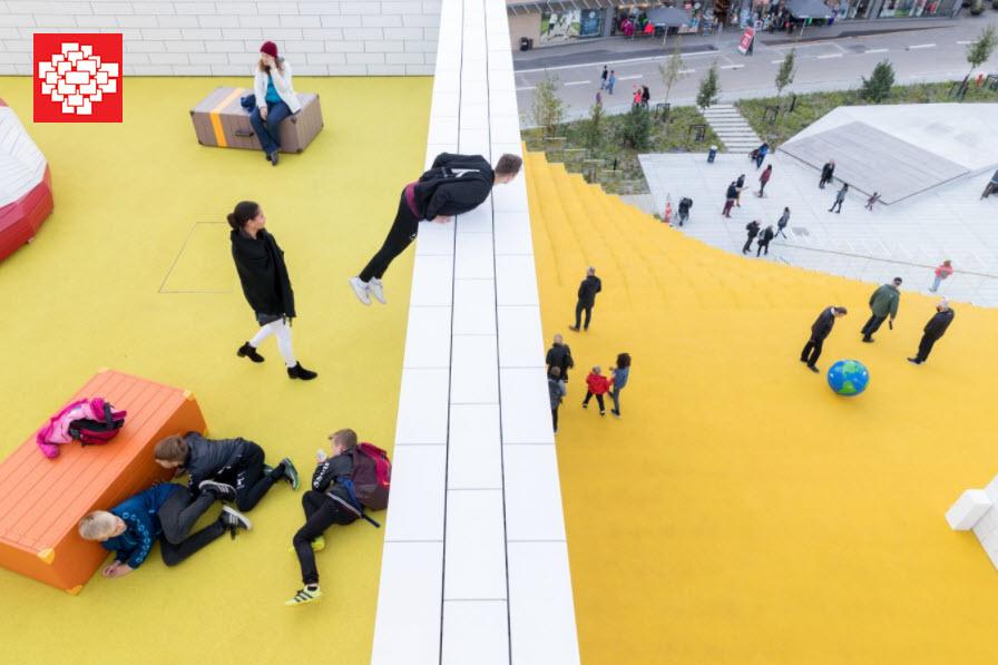 Niños jugando en la parte exterior de La Casa de Lego (Lego House)